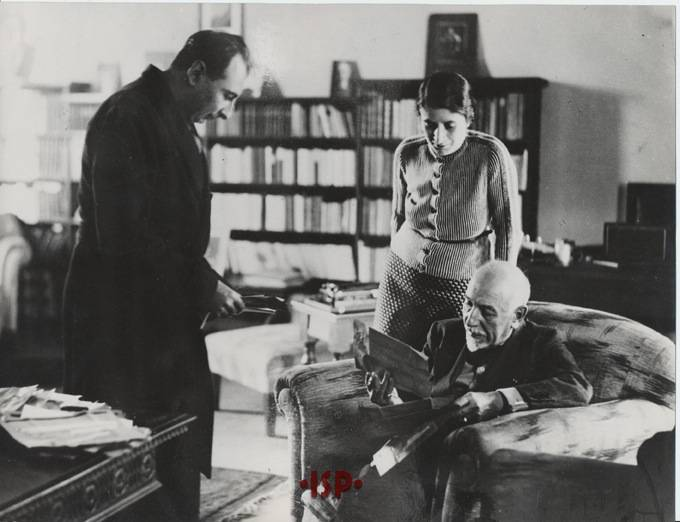 02 Luigi Pirandello nel suo studio con il figlio Stefano e la signora Olinda Labroca sua moglie legge alcuni telegrammi ricevuti in occasione del conferimento del Premio Nobel 1