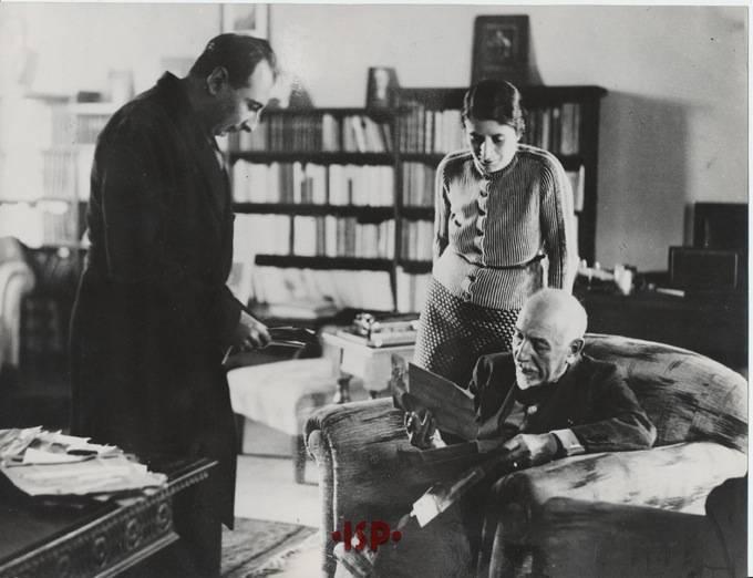 02.L P nel suo studio con il figlio Stefano e la signora Olinda Labroca sua moglie legge alcuni telegrammi ricevuti in occasione del conferimento del Premio Nobel 1