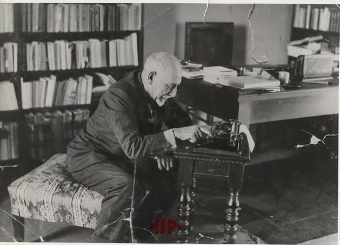 04.L P nel suo studio alla macchina da scrivere 1