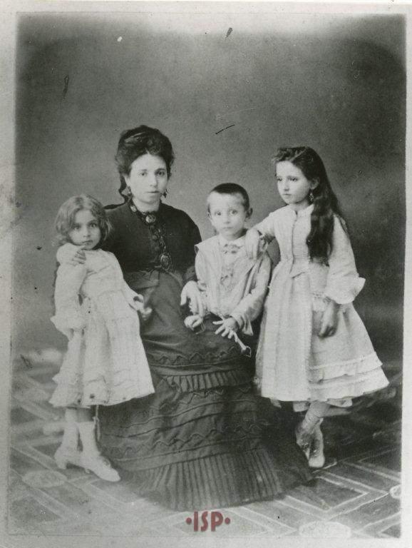 1 La madre Caterina Ricci Gramitto la sorella Anna a sinistra Luigi e la sorella Lina a destra 1