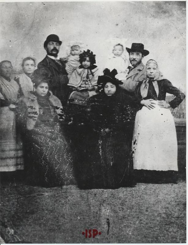 13.Luigi Pirandello con alcuni familiari sulla destra in piedi sua madre Caterina Ricci Gramitto seduta sulla sinistra sua moglie Maria Antonietta Portolano 2
