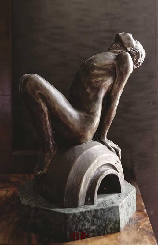 14 Camera da letto di Pirandello. Sulla toletta bronzo dello scultore molisano Enzo Puchetti.