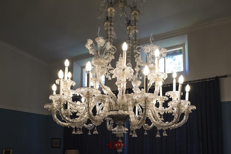 17 Salone. Lampadario Ca Rezzonico in vetro di Murano a trenta bracci.