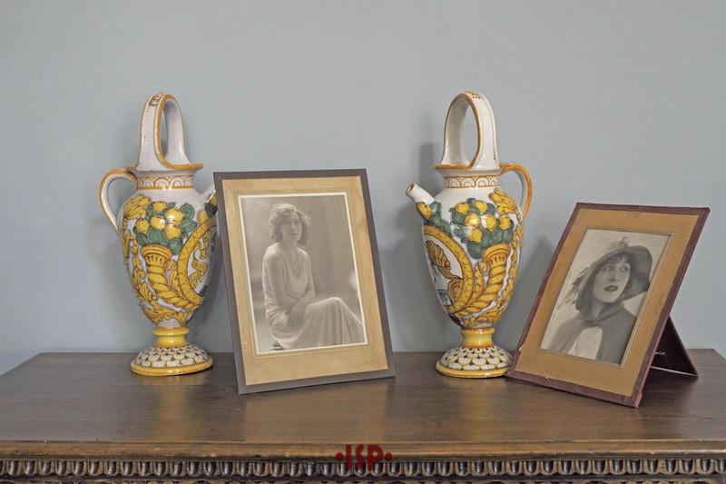 19 Salone. Tavolinetto con due vasi in ceramica di Caltagirone e due ritratti di Marta Abba.