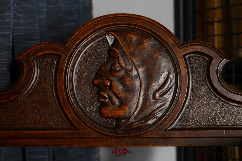 21 Salone. Particolare della sedia Savonarola.