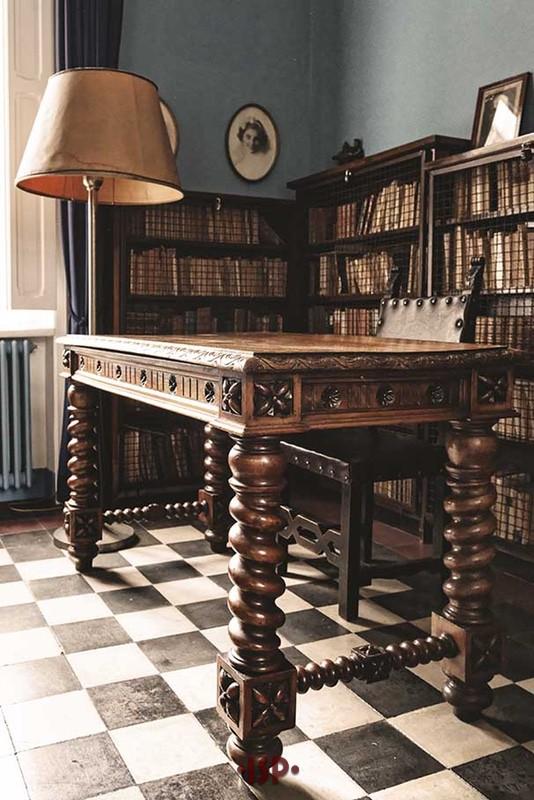 23 Salone. Tavolo su cui Pirandello scrisse Sei personaggi in cerca dautore.