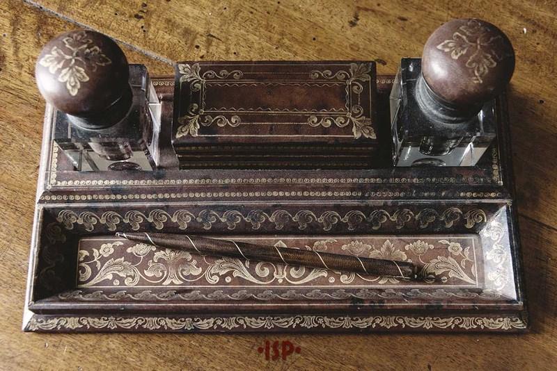 25 Salone. Sulla scrivania di Pirandello. Pennino e porta inchiostri colore nero e colore rosso.
