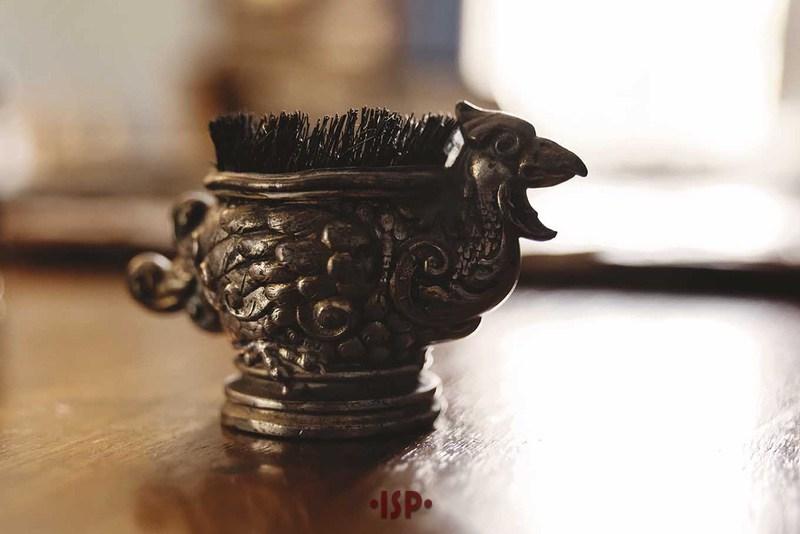 27 Salone. Sulla scrivania di Pirandello. Piccolo utensile pulisci pennino.