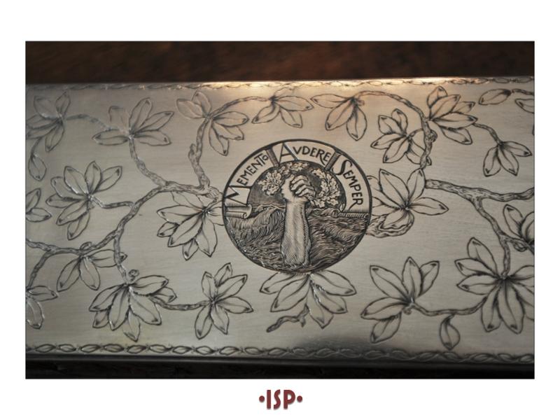 29 Salone. Sulla scrivania di Pirandello scatola portasigarette opera di Mario Buccellati. Dono di Gabriele dAnnunzio.