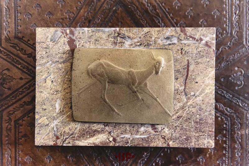 30 Salone. Sulla scrivania di Pirandello fermacarte di marmo ed ottone opera di Renato Brozzi. Dono di Gabriele dAnnunzio.