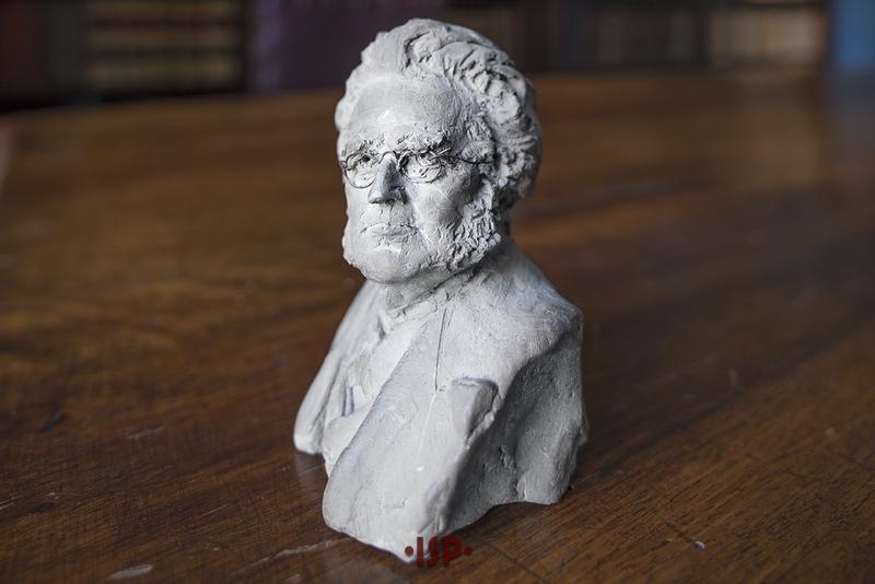 31 Salone. Sulla scrivania di Pirandello piccolo busto raffigurante Henrik Ibsen opera di Alessandro Moretti.