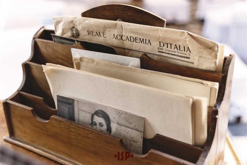 33 Salone. Sulla scrivania di Pirandello. Portalettere in legno spicca la fotografia della prima nipote di Luigi Pirandello Maria Antonietta detta Ninnç.