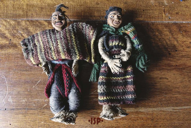 36 Salone. Coppia di pupi di artigianato cileno esposti sulle librerie. Dono di Lietta Pirandello al padre.