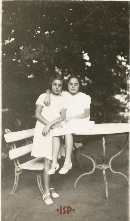 17 Le nipoti Maria Luisa e Lietta Aguirre